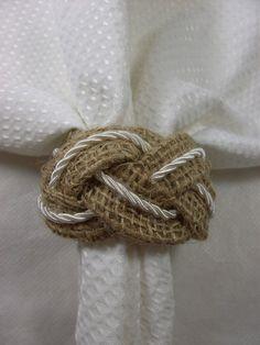 Porta guardanapo trançado em juta entremeado com cordão de seda.