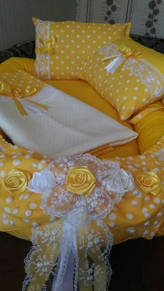 New Design New Design, Home Stuff, Confort, Projets, Oreille Diy Pillow Covers, Bed Covers, Baby Cot Bumper, Bed Cover Design, Baby Doll Bed, Bow Pillows, Polka Dot Bedding, Baby Sheets, Baby Sewing Projects