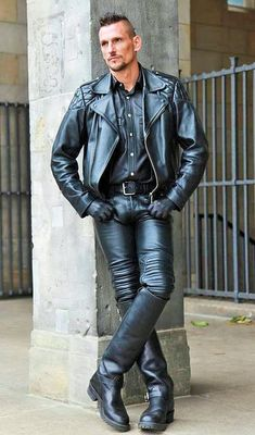 Men's Leather Jackets: How To Choose The One For You. A leather coat is a must for each guy's closet and is likewise an excellent method to express his individual design. Leather jackets never head out of styl Tight Leather Pants, Leather Jeans, Biker Leather, Leather Jackets, Fashion Moda, Mens Fashion, Fashion Wear, Hommes Sexy, Leather Fashion