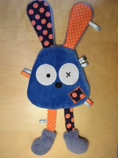 Doudou plat lapin bleu et orange à pois : Jeux, peluches, doudous par melomelie Baby Sewing Projects, Sewing For Kids, Sewing Crafts, Baby Couture, Couture Sewing, Baby Sensory, Baby Toys, Kids Toys, Felt Kids