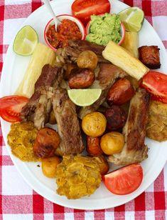 Fritanga o Picada Colombiana ( Fried Food Platter) My Colombian Recipes, Colombian Cuisine, Cuban Recipes, Traditional Colombian Food, Fun Easy Recipes, Easy Meals, Columbian Recipes, Kitchen Recipes, Cooking Recipes