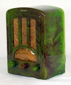 Art Deco Radio in Stunning Green Design Vintage Love, Retro Vintage, Vintage Items, Vintage Decor, Vintage Pins, Art Nouveau, Poste Radio, Retro Radios, Frank Lloyd Wright