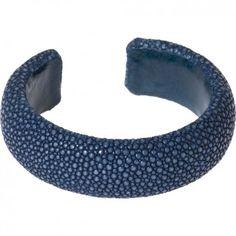 """Dieser flexible blaue Armreif aus feinstem Rochenleder 20 mm breit ist ein echter Blickfang. Er sieht nicht nur elegant aus, er läßt sich auch überaus bequem tragen. Qualität und Leidenschaft von """"A Cuckoo Moment""""."""