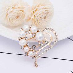 Prepracovaná brošňa v tvare srdca s perlami a kryštálmi