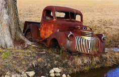 Old Chevy Pickup near a stream Quien me puede recuperar..! SOS