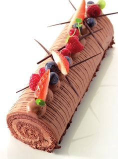 Chocolate Christmas Rolbiscuit via Njam. Sweet Desserts, No Bake Desserts, Sweet Recipes, Delicious Desserts, Cake Recipes, Dessert Recipes, Yummy Food, Cake Cookies, Cupcake Cakes