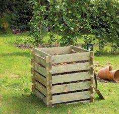 composteur bois pour le jardin avec une pelouse