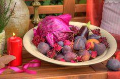 Im Reich der Sinne - Der Spätsommer küßt den Herbst mit einem Purpur Hauch. Der Sommer geht zu Ende und bereitet uns ein Fest für die Sinne. Alles ist Fülle. Die Farben, die Früchte, die Düfte. Laue Sommerabende laden dazu ein, in ein Meer aus Kerzenlicht zu tauchen und im Glas funkelt Rubinrot der Wein. Welche Jahreszeit ist besser geeignet um im Rausch der sinnlichen Dekorationen zu versinken? ... http://ow.ly/BcwOm