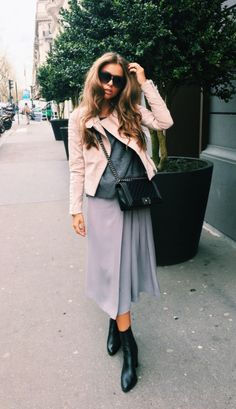 Pastel+colours+are+perhaps+the+ultimate+way+to+capture+a+true+spring+vibe!+Maria+Kragmann+is+looking+fresh+and+feminine+in+this+lilac+maxi+skirt+and+pastel+pink+suede+jacket.+Jacket:+Meotine,+Knit/Skirt:+Munthe,+Boots:+Topshop,+Bag:+Chanel.