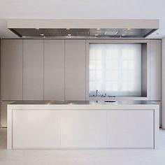 Sleek kitchen design, Thomas Man Allee in Munich by Dibelius architects _