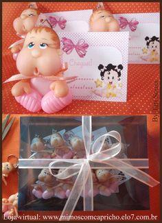 Lembrancinha  de maternidade em porcelana fria, formato chaveiro, para cores diferentes entre em contato.  Embalagem contendo 8 unidades acompanhando  cartãozinho para nome e data de nascimento do bebê.