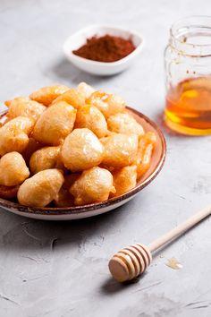 Οι λουκουμάδες του Χανουκά - www.olivemagazine.gr Pretzel Bites, Bread, Ethnic Recipes, Food, Magazine, Brot, Essen, Magazines, Baking