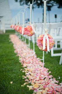 バージンロードに花びらをデコレーションするアイデアは、ガーデン挙式ならではですね。
