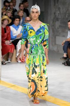 Marni Spring 2020 Ready-to-Wear Fashion Show - Vogue Fashion Week, Spring Fashion, Fashion Trends, Women's Fashion, Milan Fashion, Couture Fashion, Vogue Paris, Fall Outfits Pinterest, Style Photoshoot