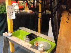 Toverpoeder maken met stoepkrijt, toverdrankjes met crepepapier. Kleuren mengen. Etiket erop plakken met wat er. In zit.