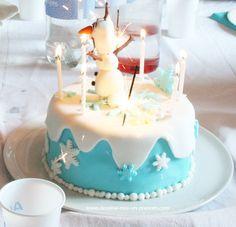 [DIY] Anniversaire Reine des neiges – Le gâteau | Dessine-moi un prénom Elsa Anna, Olaf, Birthday Cake, Cakes, Diy, Snow Queen, Sugar Paste, Birthdays, Songs