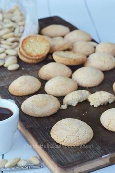 Bitterkoekjes, Dutch cookies, how to make this cookies with almond flour! Dutch Recipes, Easy Cookie Recipes, Oatmeal Recipes, Baking Recipes, Sweet Recipes, Crinkle Cookies, Cake Cookies, Dutch Cookies, Almond Flour Cookies