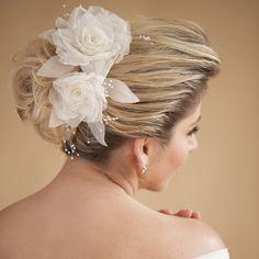 Arranjo Letícia de duas rosas feitas em renda e organza, com pistilos de vidrilho. Perfeito para se usar em penteado de coque ou com cabelos meio presos, R$390,00.
