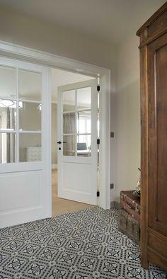 Landelijke dubbele deur met grote glaspartij.