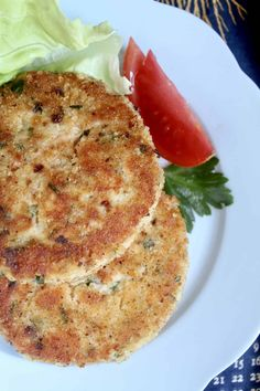 fish cakes made with fresh salmon Salmon Potato Cakes, Salmon Fish Cakes, Salmon Dishes, Fish Dishes, Quick Dinner Recipes, Easy Recipes, Air Fryer Recipes, Salmon Recipes, How To Make Cake
