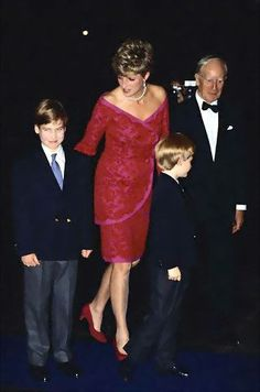 Diana, Princess Of Wales, With Her Sons, Prince William And Prince Harry, Arriving For The 'joy To The World' Concert To Raise Funds For The Royal Marsden Hospital At The Royal Albert Hall. Princess Diana Family, Royal Princess, Princess Charlotte, Princess Of Wales, Lady Diana Spencer, Diana Son, Royal Albert Hall, Princesa Real, Diana Williams