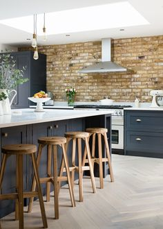 What Does Kitchen Diner Extension Open Plan Dining Tables Mean? Large Open Plan Kitchens, Open Plan Kitchen Diner, Open Plan Kitchen Living Room, Interior Design Basics, Interior Design Kitchen, Modern Interior, Home Decor Kitchen, New Kitchen, Kitchen Grey