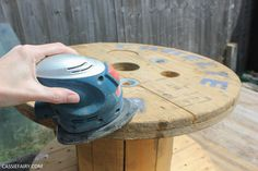 How to turn a cable reel into an outdoor coffee table + my cosy garden corner Diy Cable Spool Table, Cable Reel Table, Wood Spool Tables, Wooden Cable Reel, Wooden Cable Spools, Kids Outdoor Table, Outdoor Coffee Tables, Diy Coffee Table, Diy Table