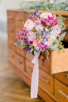 Ga voor roze en paars #lente #bruidsboeket #bloemen #boeket #bruiloft #trouwen #huwelijk #trouwdag #inspiratie Bruidsboeket voor de lente | ThePerfectWedding.nl | Fotografie: Alexandra Vonk