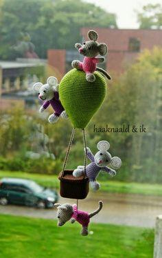 Häkelanleitung Spieluhr 'Mäuse im Heißluftballon'. - Ideen über Boo hunde Häkelanleitung Spieluhr 'Mäuse im Heißluftballon'. Mobiles En Crochet, Crochet Mobile, Cute Crochet, Crochet Dolls, Knit Crochet, Amigurumi Patterns, Amigurumi Doll, Crochet Patterns, Stuffed Animal Patterns