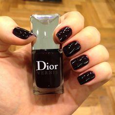 Shiny black mani