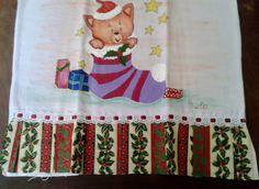 Pano de Prato confeccionado em algodão, pintado a mão, com detalhes em glitter e alto relevo, com barrado em motivo natalino e passa fita. <br>Para presentear no próximo Natal ou deixar sua casa ainda mais bonita...