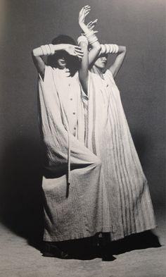"""Pleats Please"" by Issey Miyake, Photo: Irving Penn. 70s Fashion, Fashion History, Look Fashion, Vintage Fashion, Fashion Design, Fashion Details, Issey Miyake, Yohji Yamamoto, Style Urban"