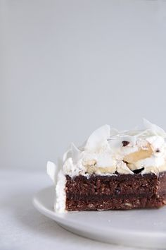 Raw Chocolate Coconut Cream Cake with chocolate and banana filling and coconut whipped cream frosting Raw Vegan Desserts, Vegan Treats, Just Desserts, Delicious Desserts, Dessert Recipes, Yummy Food, Vegan Recipes, Vegan Raw, Gastronomia