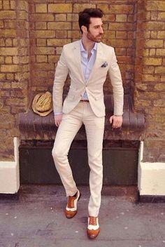 Hombre en traje beige elegante. www.macardi.com