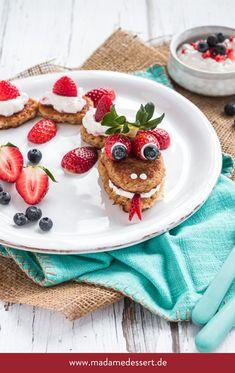 »Kleiner Drache Fridolin« – Rezept für Vollkorn Pancakes mit Erdbeer-Quark aus dem Kinder Kochbuch »Wilde Kinderküche«. Rezepte für Kinder, Buchvorstellung Wilde, Pancakes, Cereal, Breakfast, Food, Desserts, Quark Recipes, Meatless Recipes, Kid Cooking