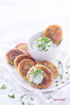 Die kleinen Bärlauch-Pfannkuchen mit Bärlauchcreme sind ein tolles Fingerfood! Zu kleinen Türmchen zusammengesetzt sind sie ein Augenschmaus!