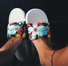 Find images and videos about summer, shoes and nike on We Heart It - the app to get lost in what you love. Nike Sandals, Sport Sandals, Nike Shoes, Roshe Shoes, Nike Roshe, Nike Flip Flops, Flip Flop Shoes, Basket Style, Cute Slides