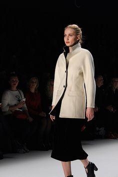 Rebekka Ruétz Kollektion Herbst : Winter 16:17 So close, So far Tirol Fashion Show Fashion Week Berlin 2016 Januar Runway Modeblog weißer Mantel