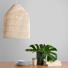 """Abat-jour """"Java"""" en rotin naturel au dessus d'une table en bois, Made.com"""