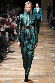 Balmain Parigi - Collections Fall Winter - Shows - Vogue. Fashion Week, Runway Fashion, Winter Fashion, Fashion Show, Fashion Design, Paris Fashion, Women's Fashion, Review Fashion, Fashion Editorials
