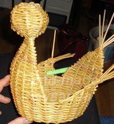 мк по плетению пасхальной курочки из газетных трубочек Art N Craft, Paper Basket, Wicker Baskets, Picnic, Projects To Try, Weaving, Crafts, Decor, Eggs