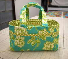 Tote around all your sewing supplies with this cute Sewing Caddy. With pockets for all your needles and scissors this simple sewing project is a great way to stay organized. It& a stylish way to store all your sewing tools. Easy Sewing Projects, Sewing Hacks, Sewing Tutorials, Sewing Crafts, Sewing Patterns, Sewing Tools, Tutorial Sewing, Tote Tutorial, Fabric Basket Tutorial