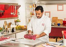 Marinar a carne antes de preparar o cozido por Academia da carne Friboi