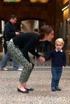 Prince George looking very cute at London's Natural History Museum with Duchess of Cambridge, Kate Middleton. According to reports Prince George was very excited to see the dinosaurs. Princess Kate, Prince And Princess, Princess Charlotte, Prince Harry, Kate Middleton Stil, Estilo Kate Middleton, William Y Kate, Prince William And Catherine, Princesa Diana