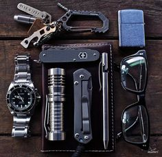 What do you have in your everyday carry kit? EDC kits are very personal and what you carry might be very different from what someone else will carry. Edc Tools, Survival Tools, Mochila Edc, Edc Essentials, Everyday Carry Items, Edc Gadgets, Support Telephone, Edc Tactical, Edc Gear