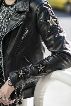 Men's Leather Jackets: How To Choose The One For You. A leather coat is a must for each guy's closet and is likewise an excellent method to express his individual design. Leather jackets never head out of styl Street Style Inspiration, Leather Fashion, Mens Fashion, London Fashion, Street Fashion, Mode Rock, Estilo Rock, Men's Leather Jacket, Leather Jackets