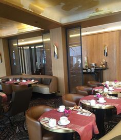Un restaurant aux plats variés au style Art déco