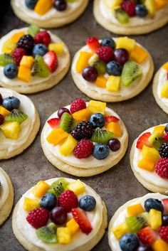Chewy sugar cookies are topped with cream cheese f… Individual mini fruit pizzas. Chewy sugar cookies are topped with cream cheese frosting and loaded with fruit for a delicious treat everyone will love! Sugar Cookie Cups, Chewy Sugar Cookies, Sugar Cookie Dough, Sugar Cookies Recipe, Cookies Et Biscuits, Cookie Recipes, Sugar Cookie Fruit Pizza, Fruit Pizza Cookies, Sweets