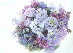 淡い紫で構成される春の花々、ヒヤシンスやリューココリーネやライラックです。二次会用におつくりした4シェアブーケです。・・・一見、4シェアに見えない?もちろ...