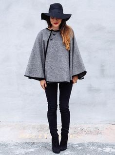 Stay warm with this DIY wrap cape tutorial from Coat Patterns, Sewing Patterns Free, Clothing Patterns, Cape Sewing Pattern, Free Sewing, Sewing Ideas, Trend Fashion, Look Fashion, Autumn Fashion